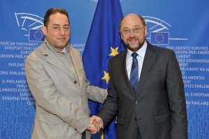 (Left) Gianni Pittella shakes hands with Martin Schulz